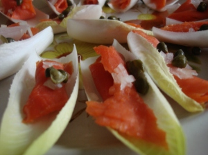Smoked salmon with endive. A natural scoop!